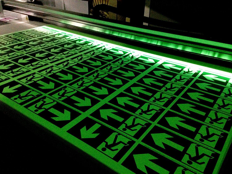 Adesivo fotoluminescente (atente normas da ABNT) com impressão UV