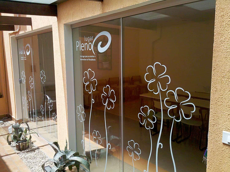 Adesivo vinil aplicado em porta de vidro