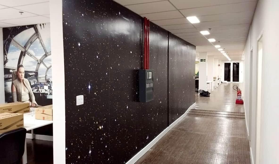 Ambientação com adesivo de parede. Durabilidade após aplicado até 07 Anos.