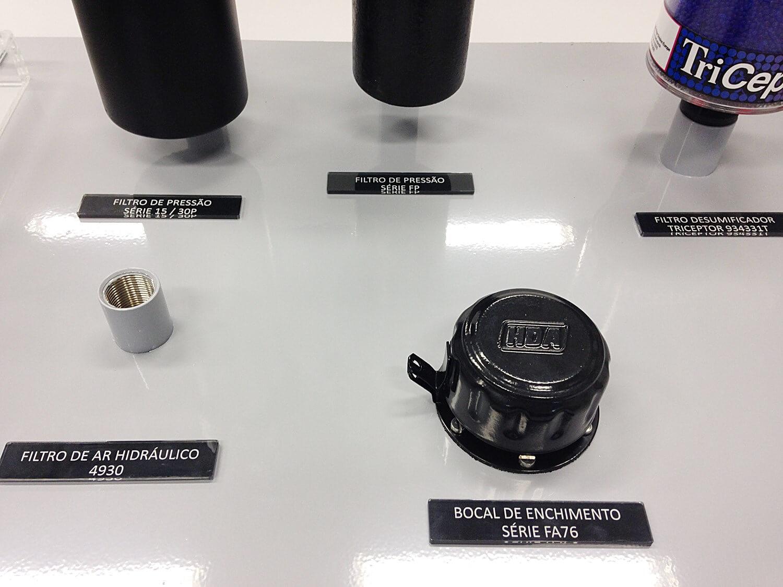 Expositor em metal com pintura eletrostática e suportes para fixação de peças. Placas de sinalização e fechamento em acrílico
