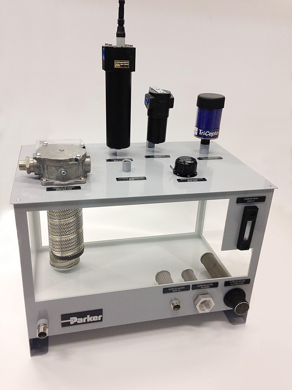 Expositor em metal com pintura eletrostática e suportes para fixação de peças. Placas de sinalização e fechamento em acrílico.