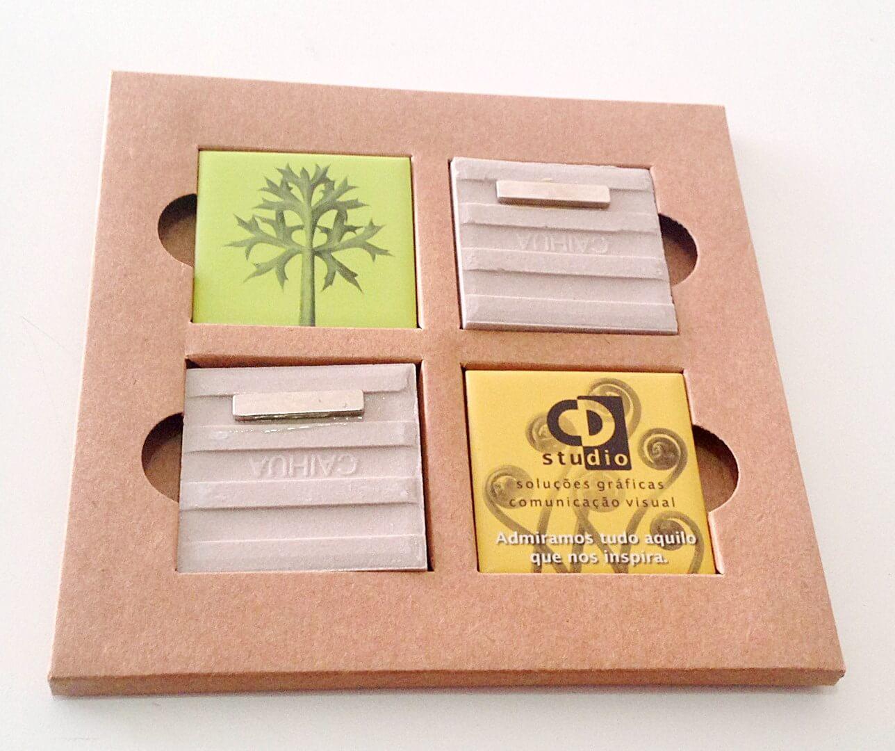 Impressão em cerâmica e aplicação de imã no verso e embalagem em papel kraft