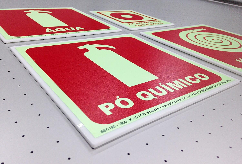 Placas de sinalização de segurança fotoluminescente (padrão ABNT)